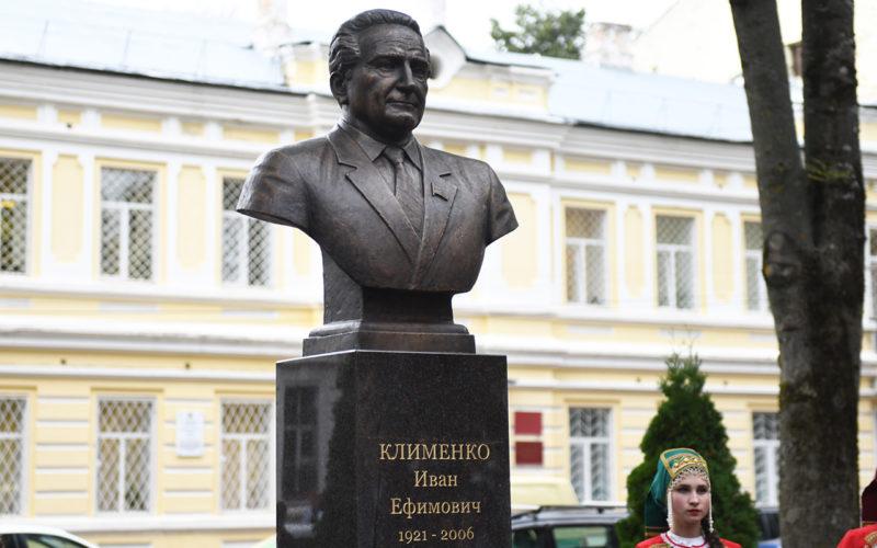 В Смоленске открыли памятник Ивану Клименко