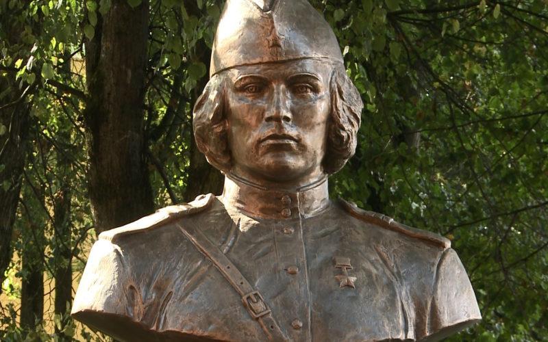 В Смоленске установили бюст Марии Октябрьской — первой в мире женщине-танкисту