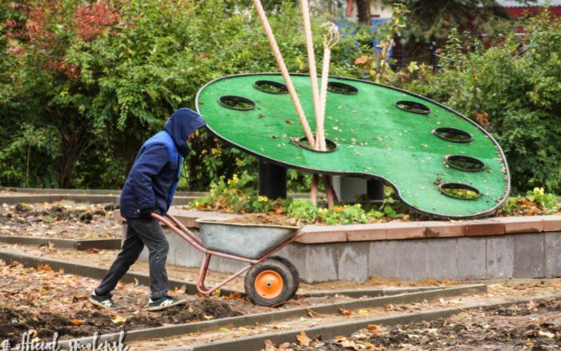 Благоустройство сквера напротив художественной школы в Смоленске идет полным ходом