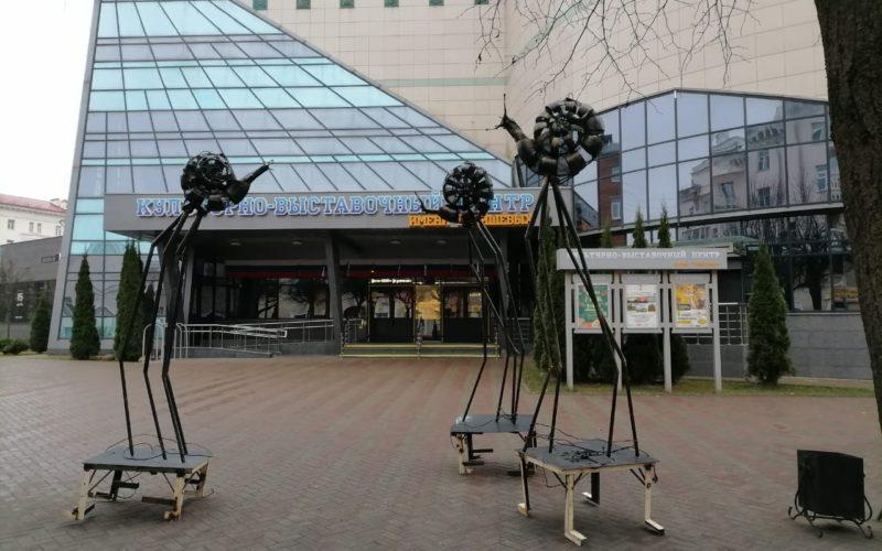 В центре Смоленска появилисьогромные улитки