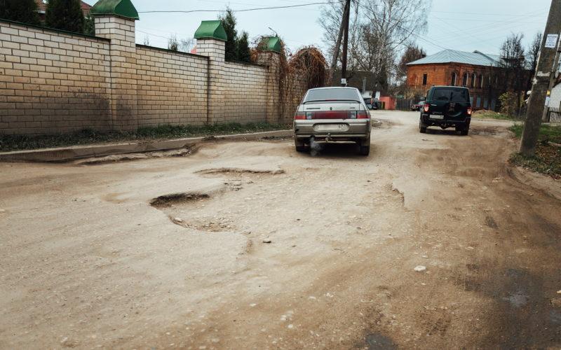 Смоляне опечалены состоянием асфальта на пути к остаткам Борисоглебского монастыря