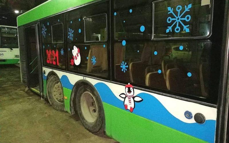 В Смоленске на маршрут вышел новогодний автобус