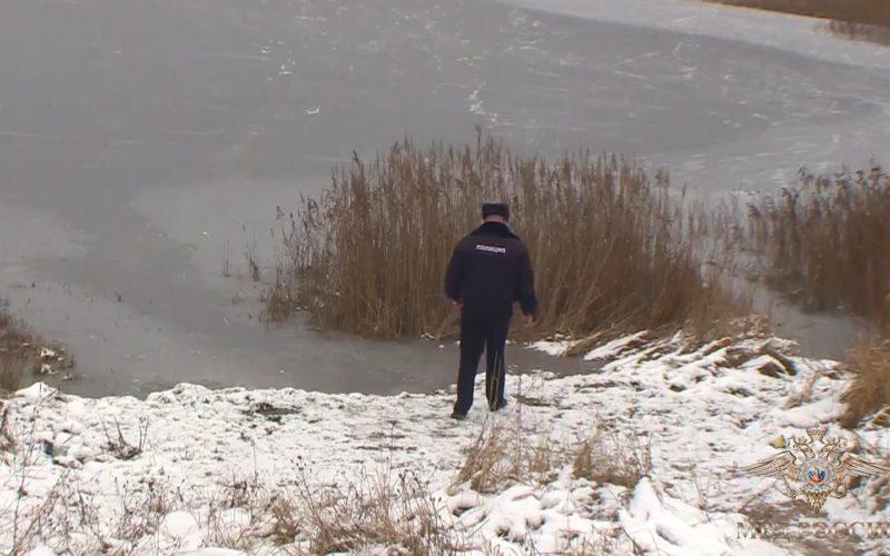 В Смоленске полицейские спасли тонущего в ледяной воде пенсионера