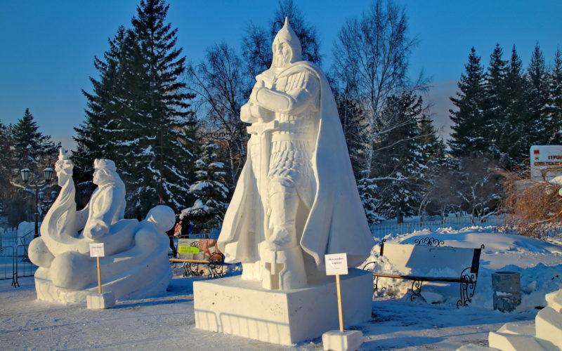В Новосибирске вандалы разрушили снежную фигуру, созданную смолянами