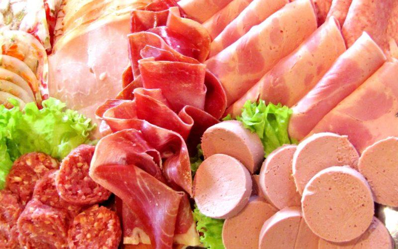 Колбасные изделия и сосиски в России могут подскочить в цене
