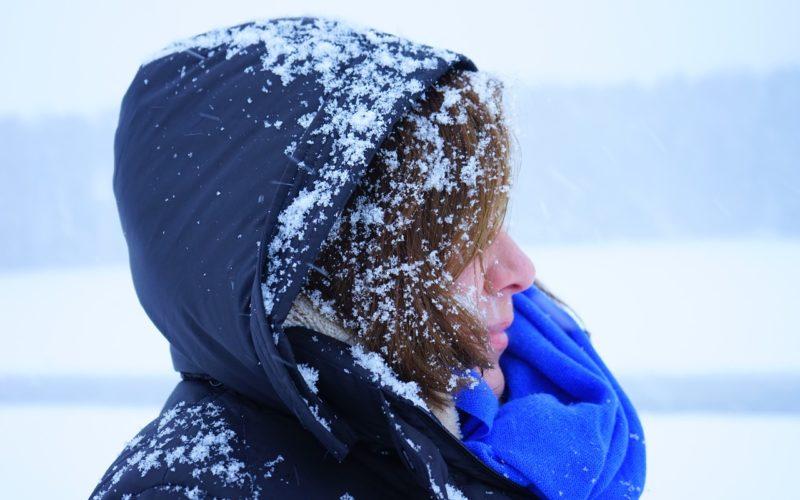 Смоленские коммунальщики борются со снегопадом, который продолжится несколько дней