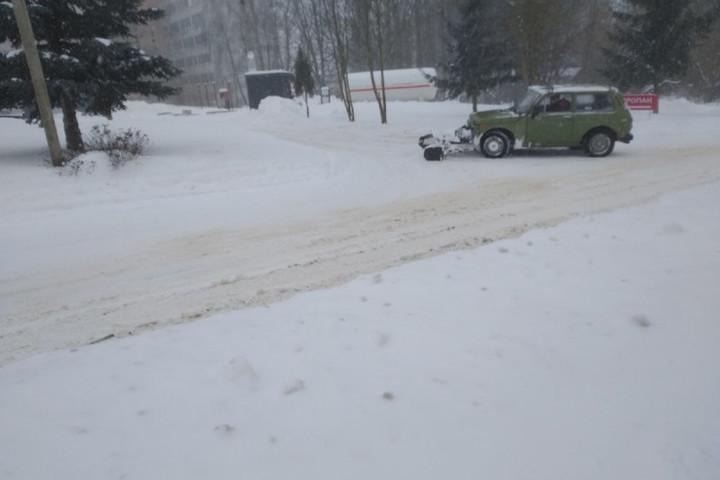 Смолянин модернизировал свой автомобиль и чистит на нем дороги от снега
