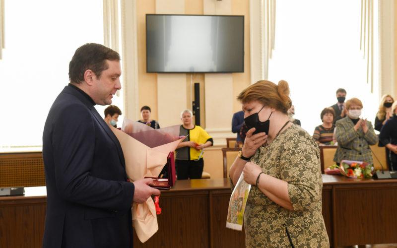 В Смоленске маме девочки, спасшей тонущего ребенка, передали государственную награду