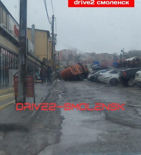 В Смоленске под асфальт провалился мусоровоз