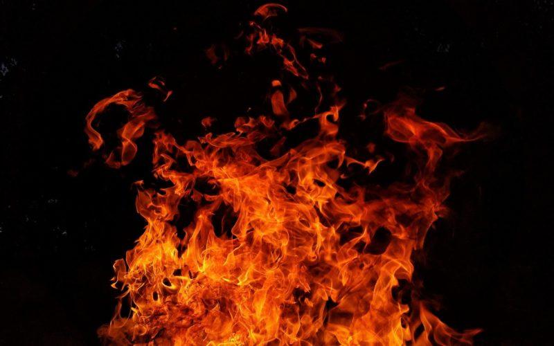 Выгнанный из дома муж поджег входную дверь квартиры и оставил свою женщину погибать внутри