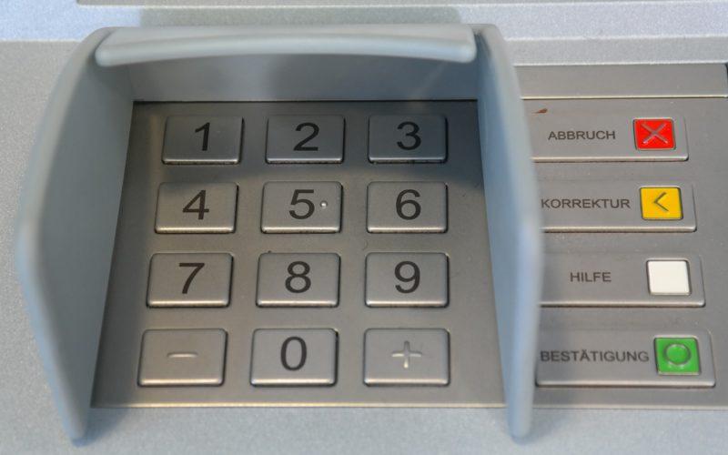 В Смоленске мужчина заменил в нескольких банкоматах деньги фальшивками на сумму 5 миллионов рублей
