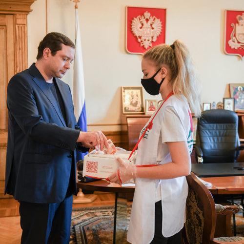 Губернатор Смоленской области принял участие во Всероссийской акции «Красная гвоздика»