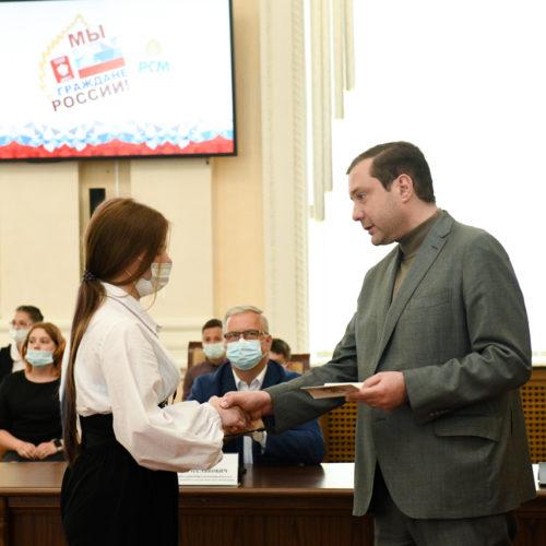 В канун Дня России губернатор вручил паспорта смоленским школьникам