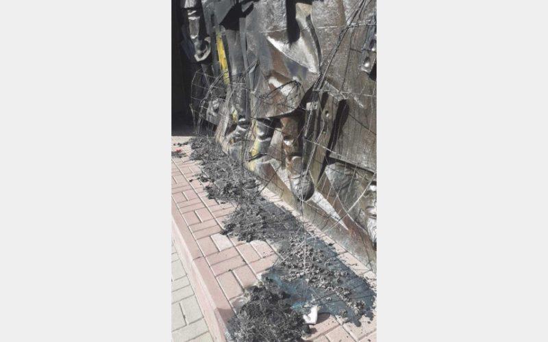 В Смоленске в Реадовском парке вандалы уничтожили венки