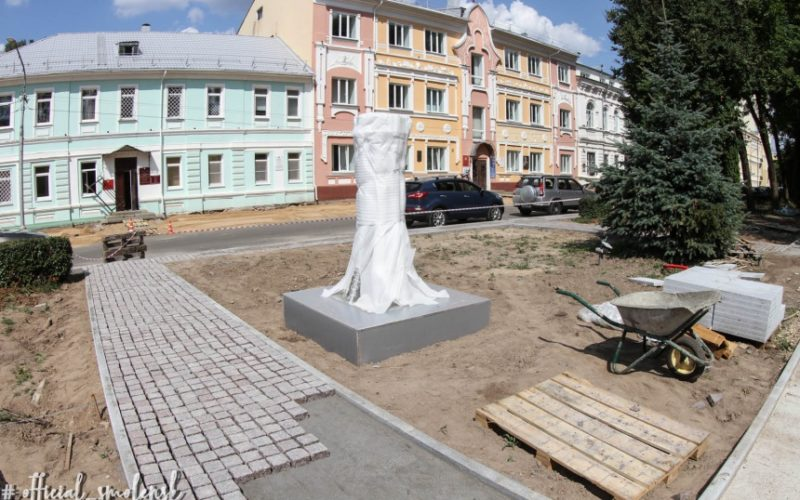 В Смоленске устанавливают светодиодное дерево, которое будет меняться в зависимости от времени года