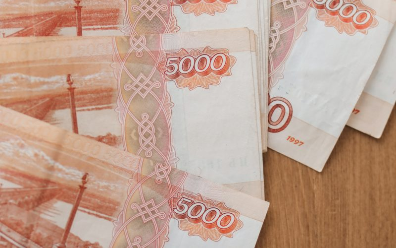 В России среди привитых от коронавируса граждан разыграют тысячу раз по 100 000 рублей