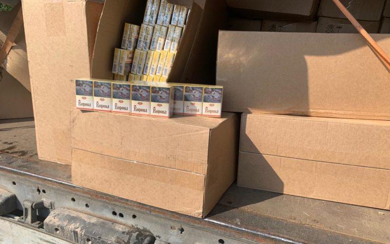 Сотрудники Пограничного управления ФСБ России задержали в Монастырщинском районе фуру с тысячей коробок контрафактного табака