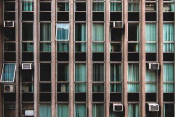 Смоленские власти призывают снять кондиционеры с лицевых фасадов зданий