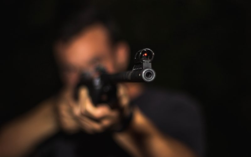 В Гагаринском районе ревнивый муж стрелял в соперника, который впоследствии перевернулся в машине и умер в больнице